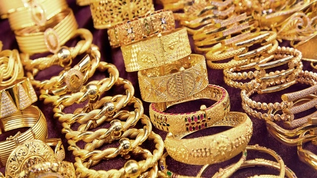 أسعار الذهب طلعت نزلت ماحدا مطلع عليك